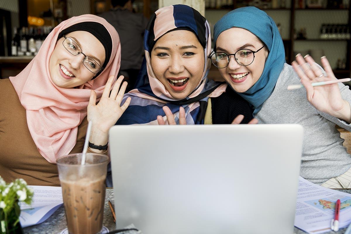 strategi pemasaran online - islamic women friends using laptop for video call 4A6J8HU - Strategi Pemasaran Online untuk Bisnis