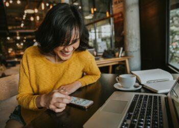 paket internet unlimited membuat watermark - young hipster woman smiling sitting in coffee shop using smartphone smiling technology happy internet t20 XznLE6 350x250 - 7 Aplikasi Membuat Watermark di Foto Terbaik 2021