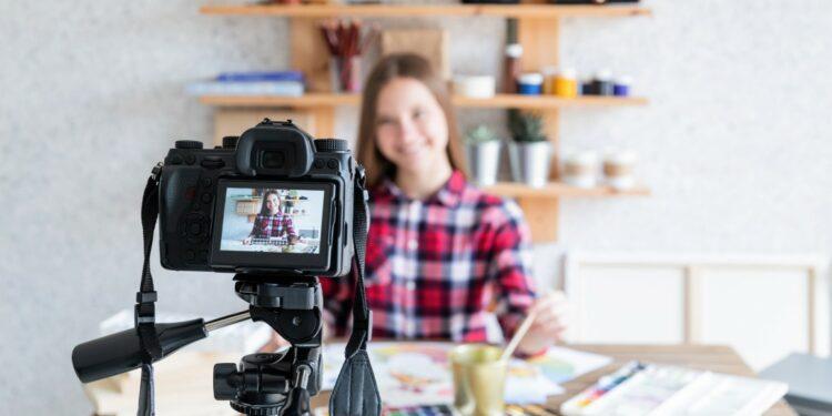 kamera vlog murah - blogger blog female woman art online artist internet girl home business lifestyle technology hobby t20 drB613 750x375 - 7 Kamera Vlog Murah Terbaik untuk Youtuber Pemula