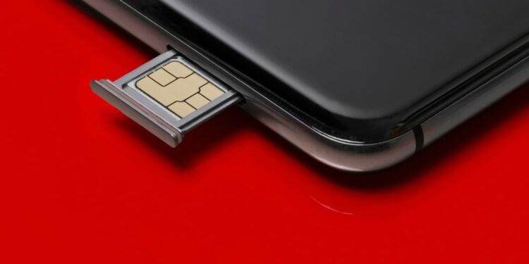 panduan memblokir sementara dan mengganti nomor telkomsel saat dicuri - close up of a smart phone and sim card on red background t20 QKZ1Kb 750x375 - Panduan memblokir sementara dan mengganti nomor Telkomsel saat Dicuri