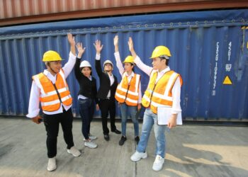 Cara Menjadi Eksportir Pemula yang Sukses - logistic workers of transportation company working in cargo container unloading site industry area t20 A96xOW 350x250 - Cara Menjadi Eksportir Pemula yang Sukses