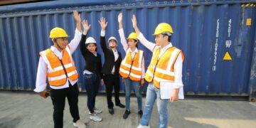 Cara Menjadi Eksportir Pemula yang Sukses - logistic workers of transportation company working in cargo container unloading site industry area t20 A96xOW 360x180 - Cara Menjadi Eksportir Pemula yang Sukses