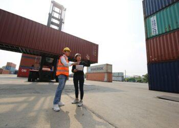 Photo by  @FotoArtist bukalapak - logistic workers of transportation company working in cargo container unloading site industry area t20 drOden 350x250 - Bukalapak, Unicorn yang Lahir dari Kos-kosan