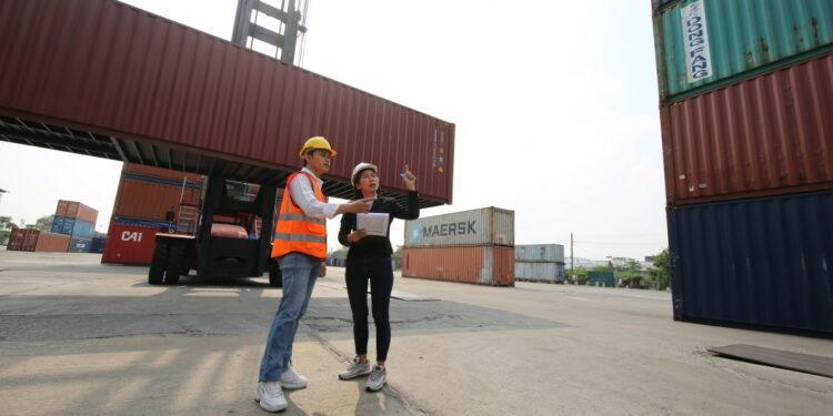 Photo by  @FotoArtist tips menjadi eksportir - logistic workers of transportation company working in cargo container unloading site industry area t20 drOden 750x375 - 10 Tips Menjadi Eksportir Sukses