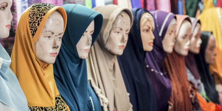 jilbab ekspor produk fashion muslim indonesia - mannequen t20 3e0Gz7 750x375 - Mendorong Peningkatan Ekspor Produk Fashion Muslim Indonesia di Asia