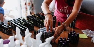 cara memulai jualan online - small home based women s business sorting their essential oils products for customer delivery t20 Gg8vRE 360x180 - Cara Memulai Jualan Online