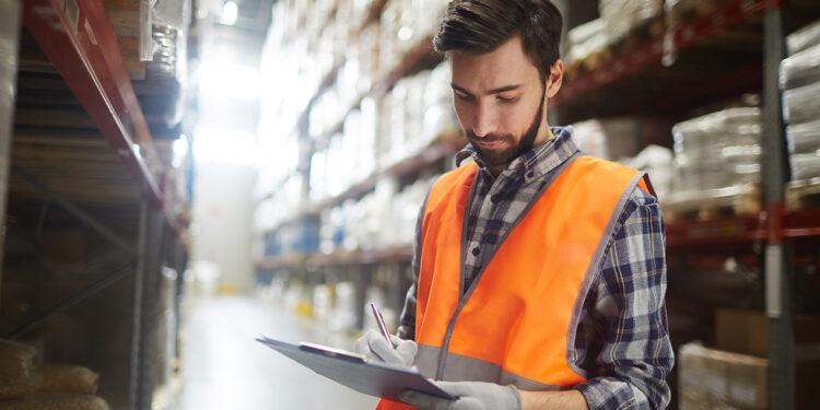 Distribution manager making revision of goods in storehouse Lakukan 7 Hal Ini untuk Mengawali Bisnis Ekspor - work in warehouse UWZJM5G 750x375 - Lakukan 7 Hal Ini untuk Mengawali Bisnis Ekspor