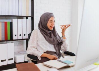 pemasaran produk ke tiongkok - asian beautiful muslim woman wearing hijab using smartphone and computer at home office t20 WgV49Y 350x250 - Tips Marketing dan Pemasaran Produk ke Tiongkok