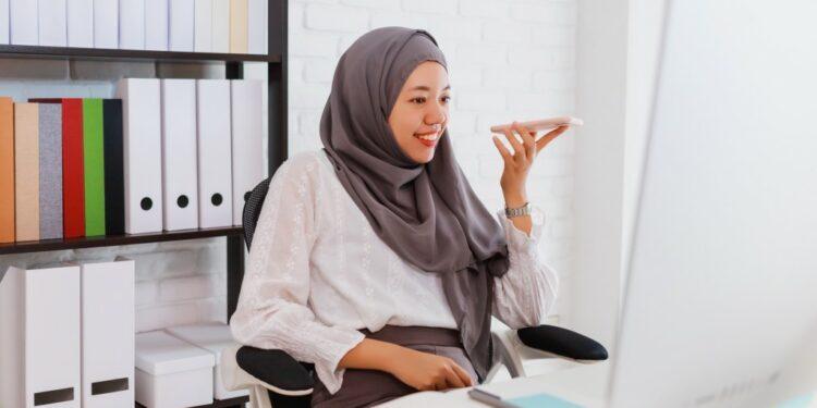 cara mulai bisnis ekspor impor rumahan - asian beautiful muslim woman wearing hijab using smartphone and computer at home office t20 WgV49Y 750x375 - Cara Mulai Bisnis Ekspor Impor Rumahan