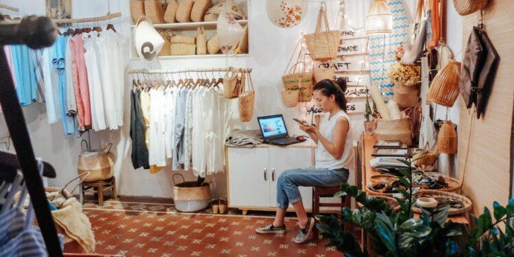 Tips Memulai Bisnis Ekspor Kecil-kecilan - business shopping shopping shop small business stock entrepreneur local business mom and pop t20 4l9g4a 750x375 - Tips Memulai Bisnis Ekspor Kecil-kecilan