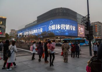 pemasaran produk ke tiongkok - intersection in hangzhou crosswalk urban life lifestyle traffic road evening asia t20 roOrYo 350x250 - Tips Marketing dan Pemasaran Produk ke Tiongkok
