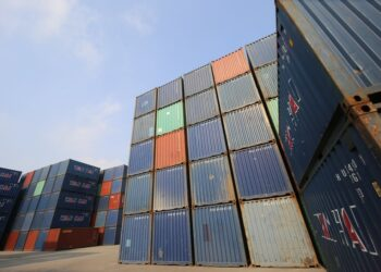 ekspor pemasaran produk ke tiongkok - shipping container site loading in logistic port warehouse storage for export and import business t20 ynAOEO 350x250 - Tips Marketing dan Pemasaran Produk ke Tiongkok